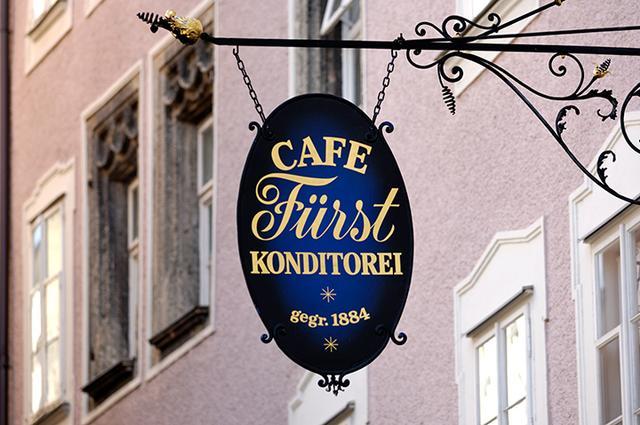 画像: 元祖モーツァルトクーゲルの店 カフェ・フュルストの看板