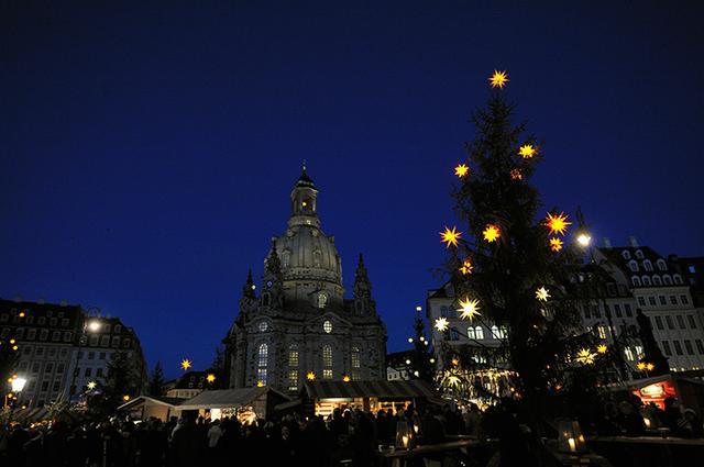 画像: ドレスデンのシンボル「聖母教会」前のクリスマス市