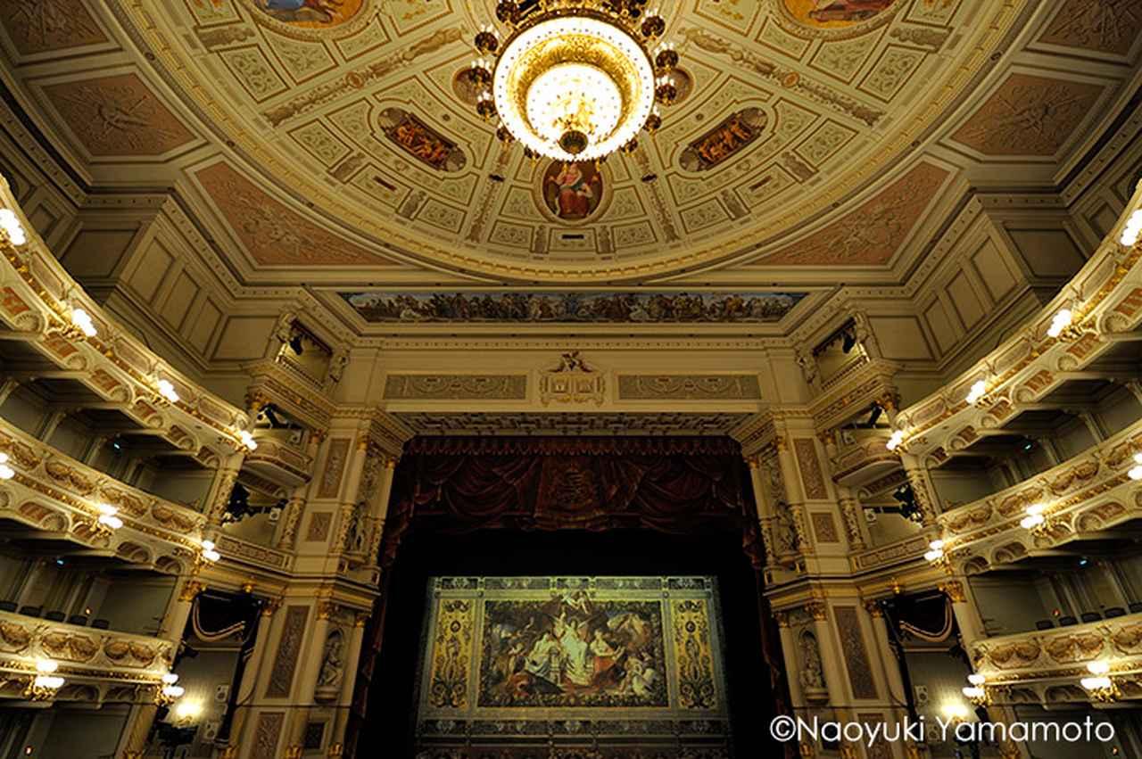 画像: 緞帳が美しいゼンパー歌劇場内部