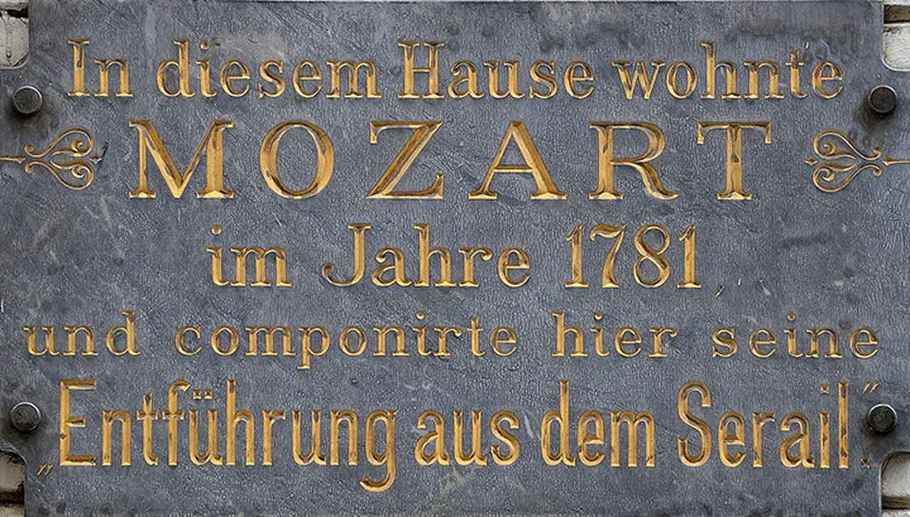 画像: ウェーバー家の住居跡の銘板 「高級からの誘拐」が作曲されたことが記されている。