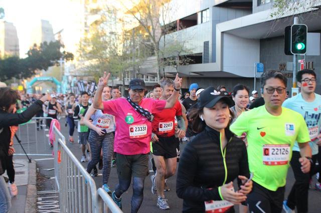 画像3: いよいよ6:00、最初にハーフマラソンがスタートします。