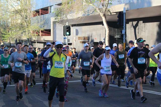 画像3: 続いて午前7時05分 フルマラソンスタート!