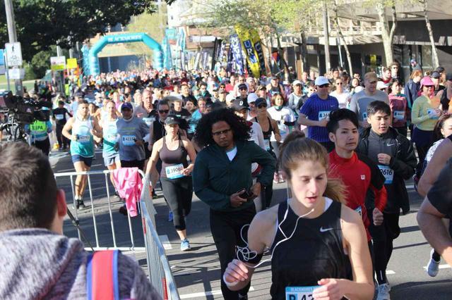 画像1: いよいよ6:00、最初にハーフマラソンがスタートします。