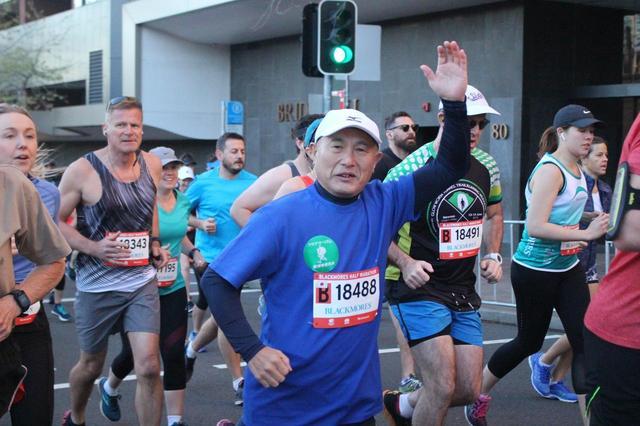 画像2: いよいよ6:00、最初にハーフマラソンがスタートします。