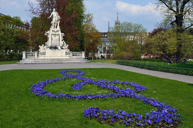 画像: 王宮庭園のモーツァルト像