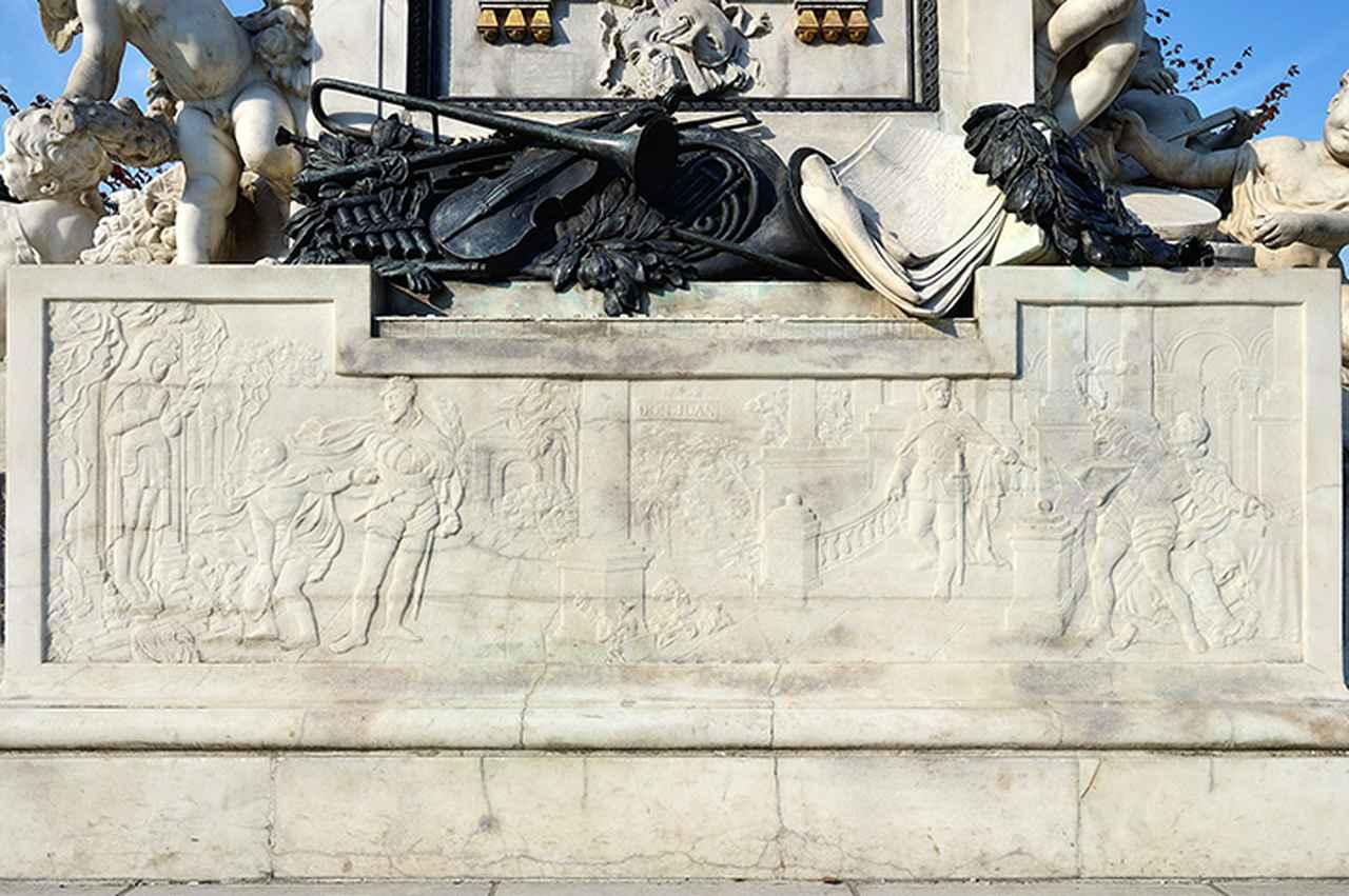 画像: 台座に刻まれたオペラ「ドン・ジョヴァンニ」の場面のレリーフ