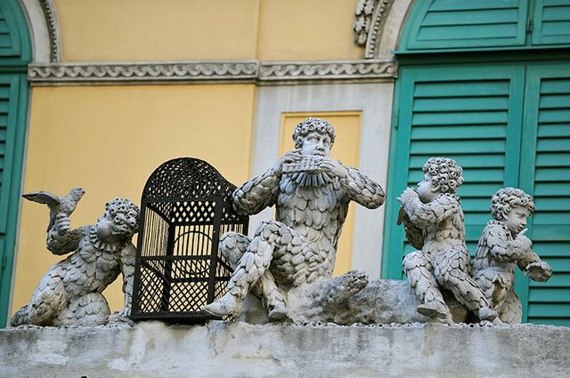 画像: 門を飾るパパゲーノと子供たちの彫像