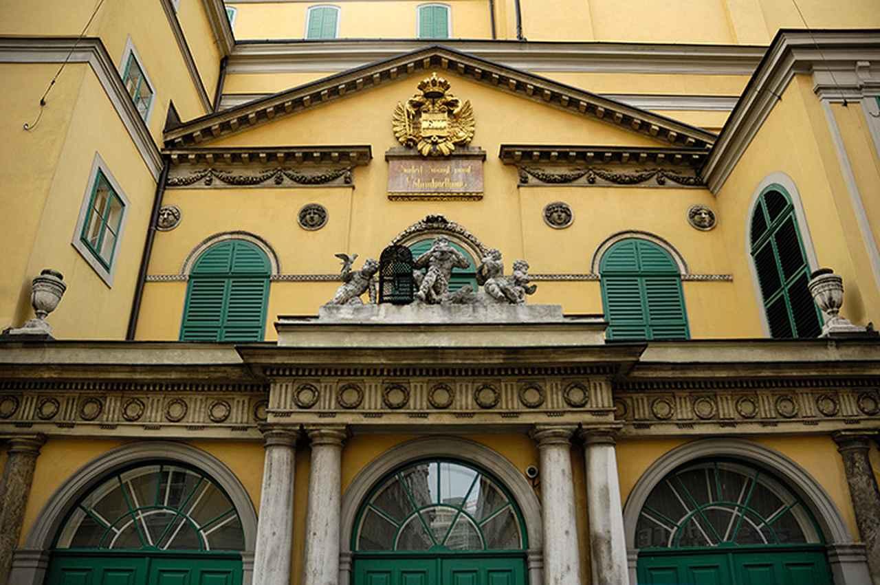画像: アン・デア・ウィーン劇場の旧入口の「パパゲーノ門」
