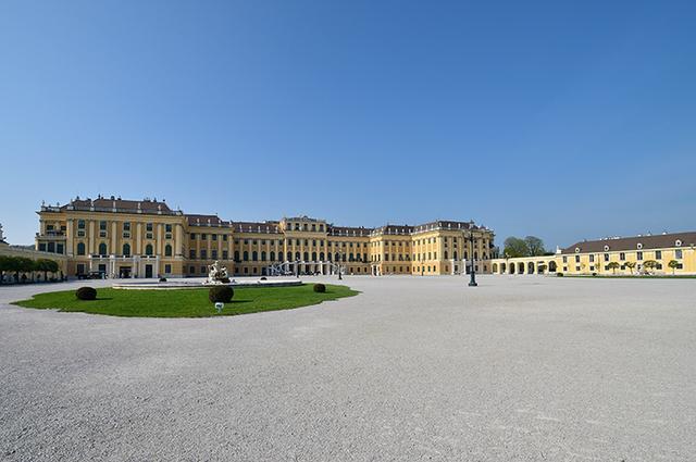 画像: シェーンブルン宮殿 両翼の端から端まで180m、部屋数は1400室以上の巨大な建造物