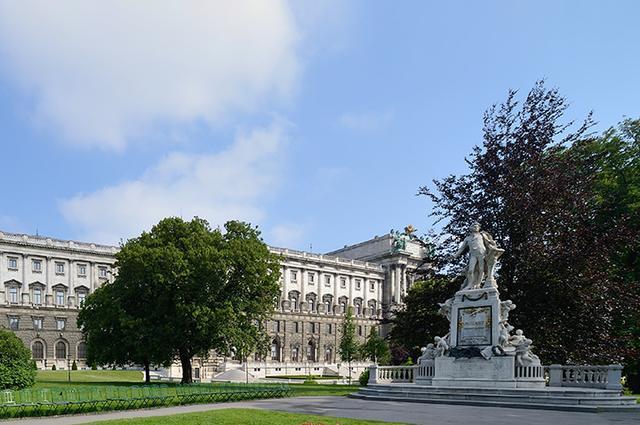 画像: モーツァルト像と王宮の建物群