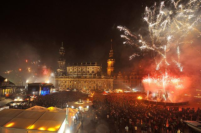 画像: ゼンパー歌劇場前広場で打ち上げられる花火
