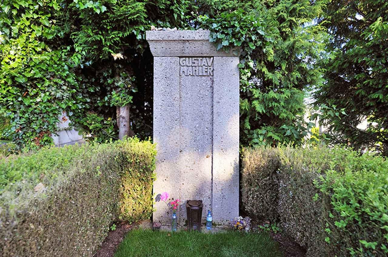 画像: グリンツィング墓地にあるマーラーの墓