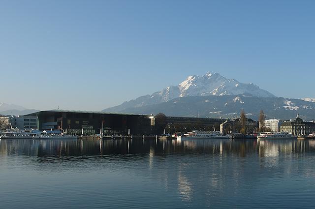 画像: イースターの時期のカルチャーコングレスセンターとピラトゥス山