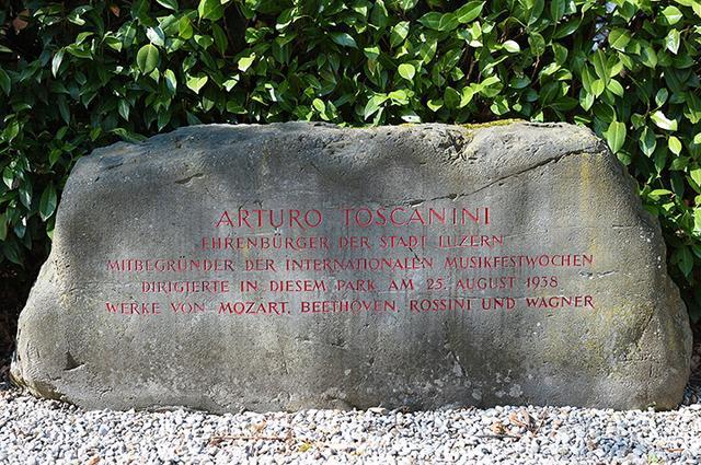 画像: 1938年8月25日に催されたトスカニーニ指揮のガラ・コンサートを記した記念碑
