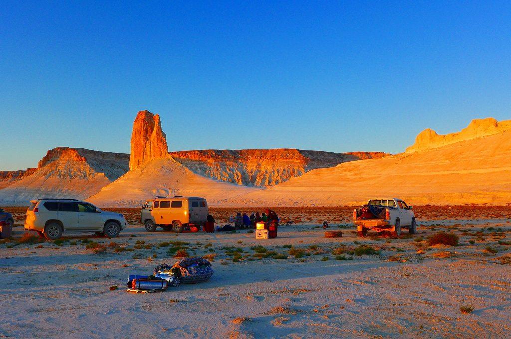 画像: 夕焼けに染まるボジュラの奇岩