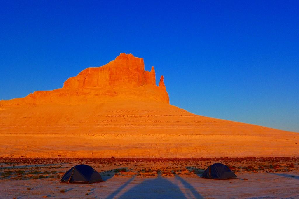 画像: ボジュラ周辺でのテント泊―夕日に染まる奇岩をお楽しみいただきました