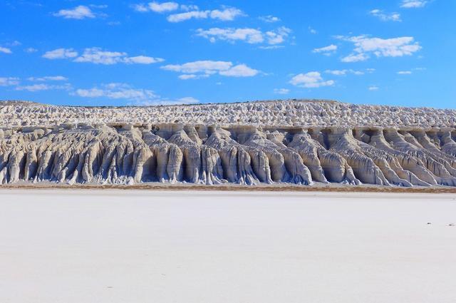 画像: 絶景を間近で見ながら歩きます。ひたすらに続く白亜の断崖を満喫しました