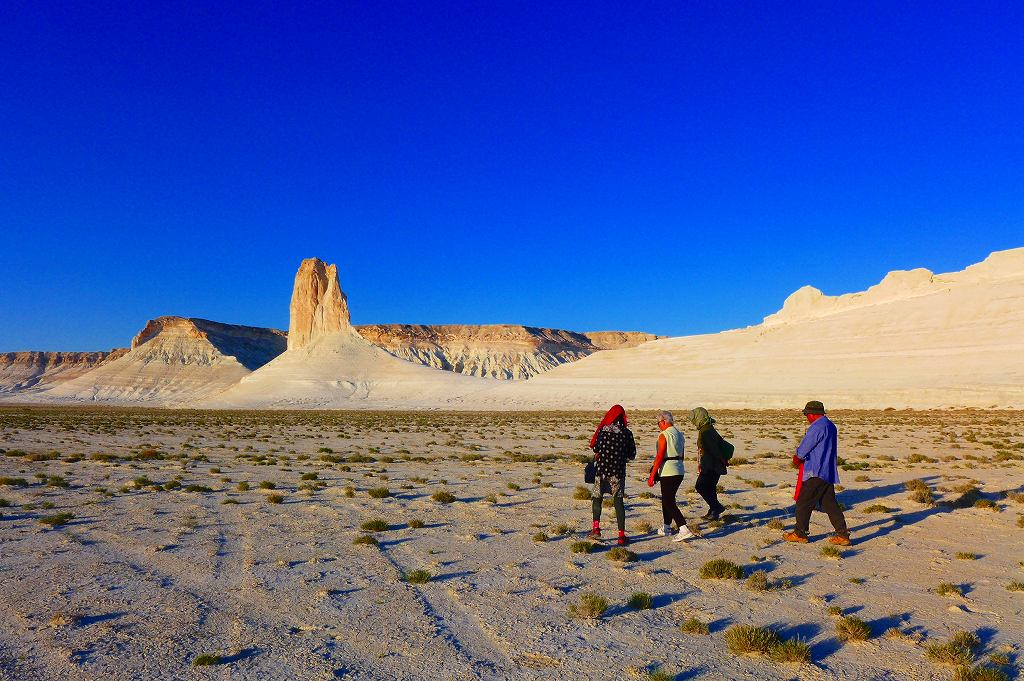 画像: 奇岩を見ながらハイキング