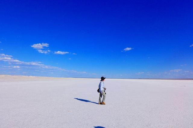 画像: 一面真っ白なドズバエル塩湖