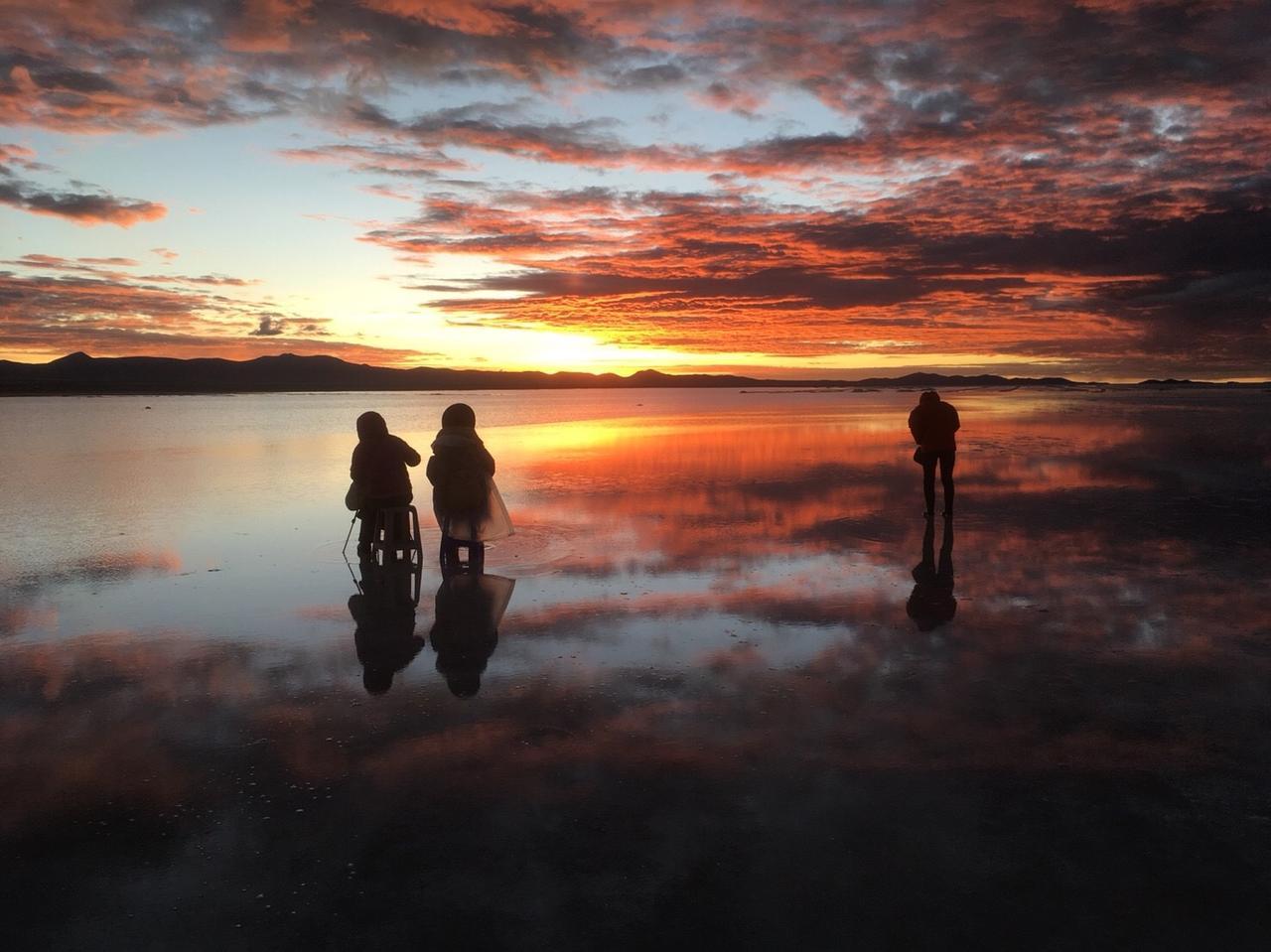 画像: 塩湖一面が、燃えるような赤に染まります