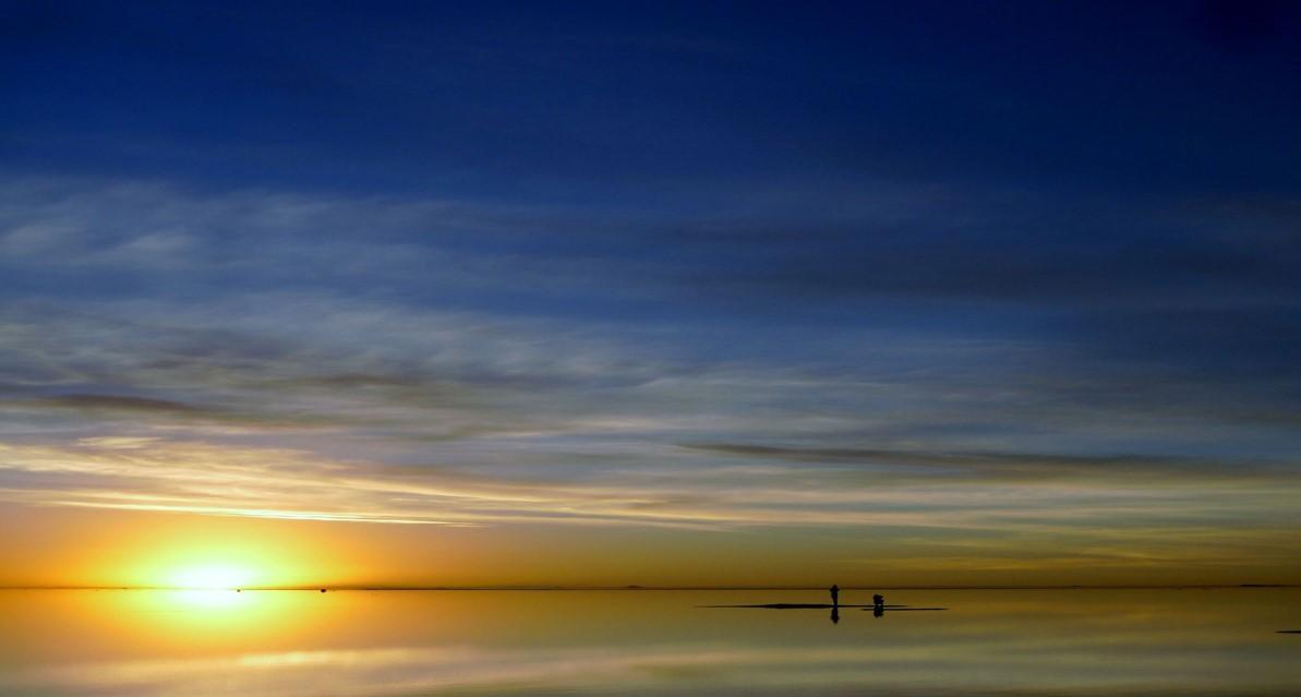 画像: 地平線に沈む雄大な夕日は言葉を失う美しさ