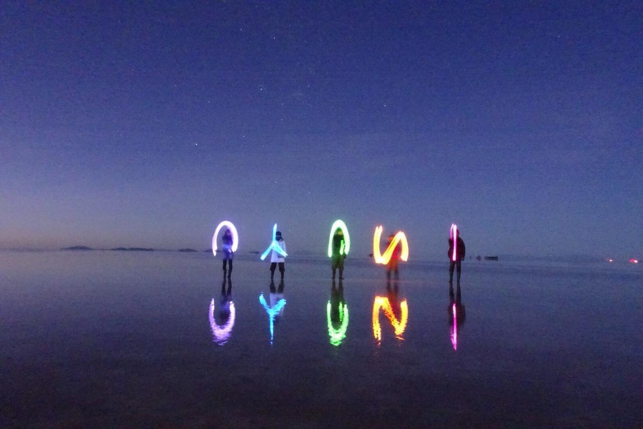 画像: 暗闇の塩湖では、ペンライトを使ったトリック写真撮影がおすすめ!