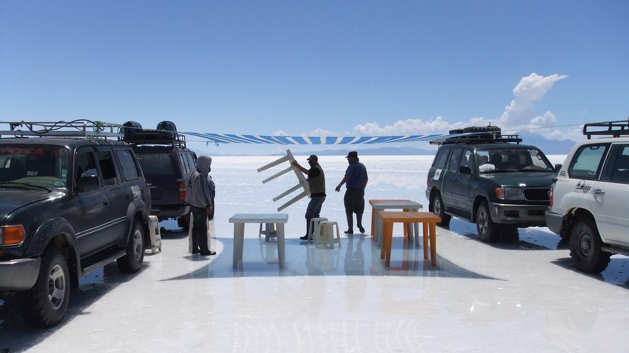 画像: ウユニ塩湖を満喫している間に、ドライバーさんが食事の準備をしてくれます