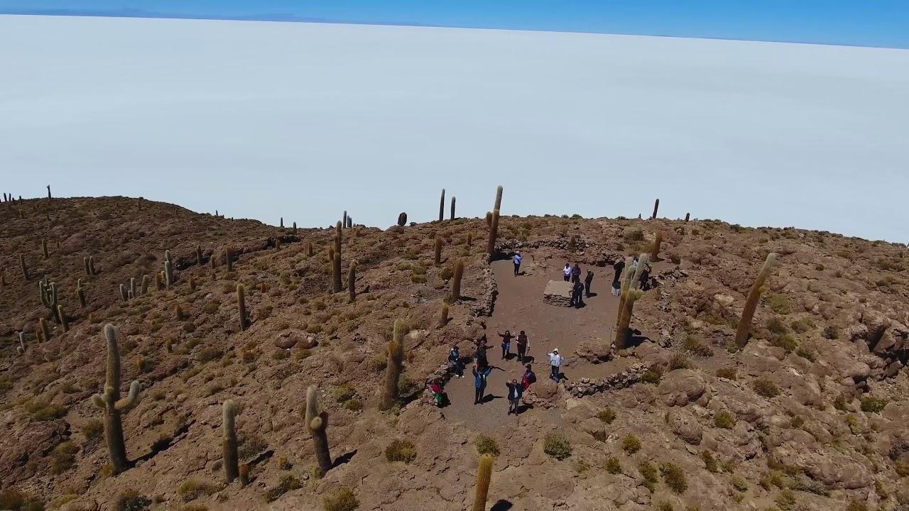 画像: ウユニ塩湖ドローンからの映像 www.youtube.com