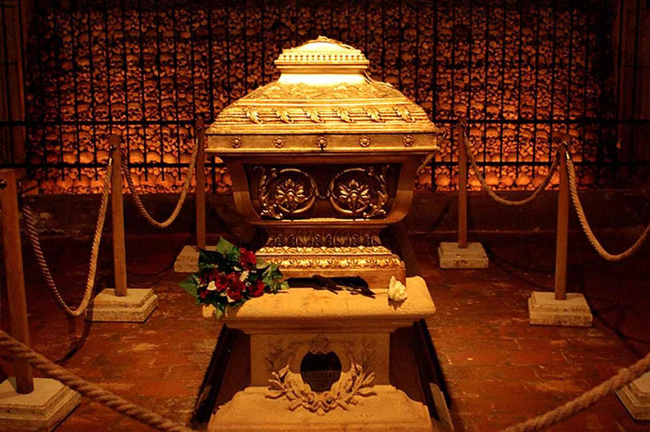 画像: オルガンの真下に安置されたブルックナーの棺