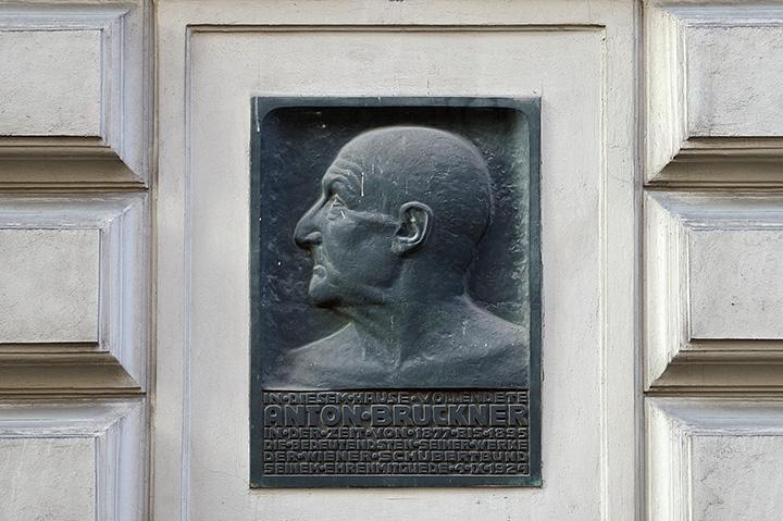 画像: ブルックナーが18年過ごした住居跡銘板