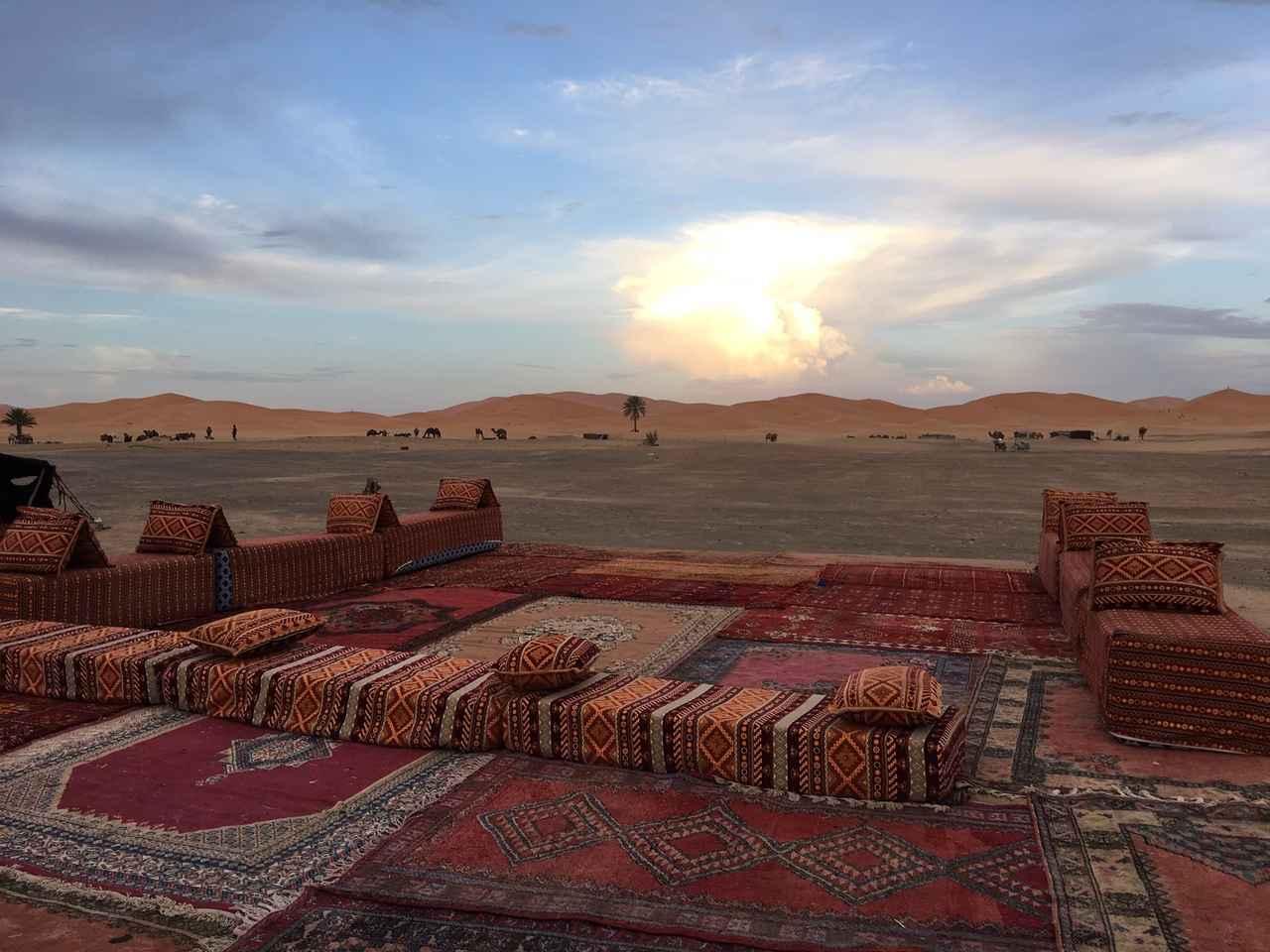 画像: 晩餐会会場はサハラ砂漠目の前!夜は静寂な大地にモロッコ音楽の音色とともにディナーをお楽しみください!