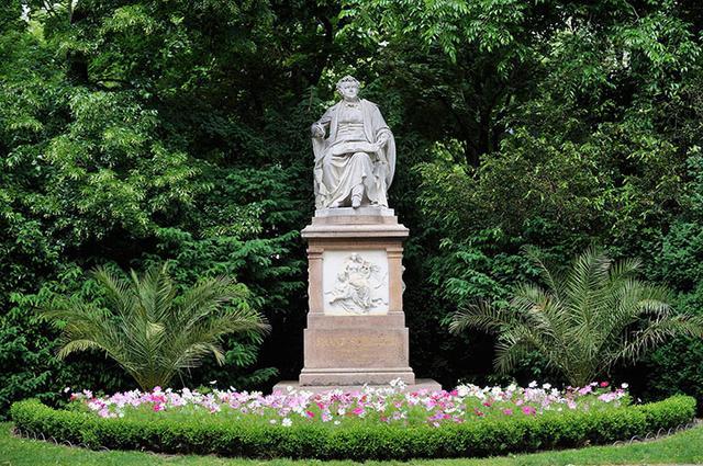 画像: 市民公園にあるシューベルト像