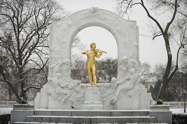 画像: 冬のヨハン・シュトラウス像
