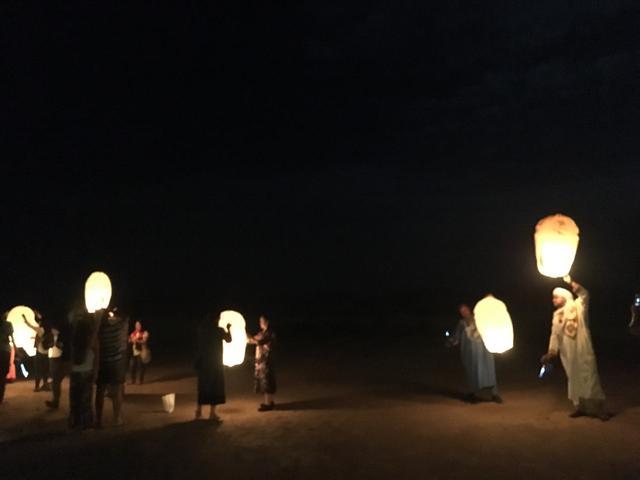 画像: 地元スタッフ、ガイド、添乗員、お客様が一緒に天燈を上げます!