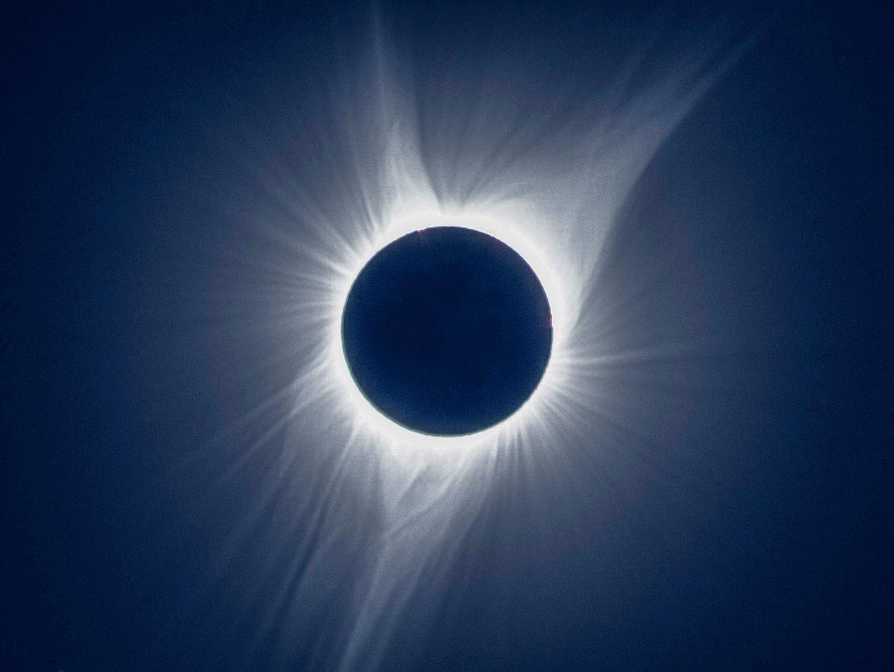 画像: 提供:アストロアーツ 星ナビ編集部 上田敬司 2017年アメリカ皆既日食で撮影
