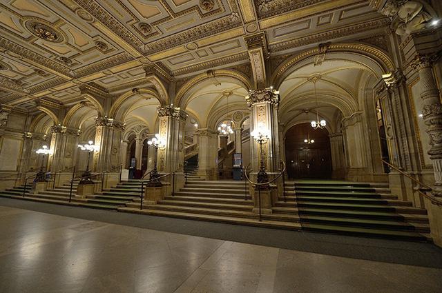 画像: 伝統的な雰囲気が漂うウィーン国立歌劇場の階段室