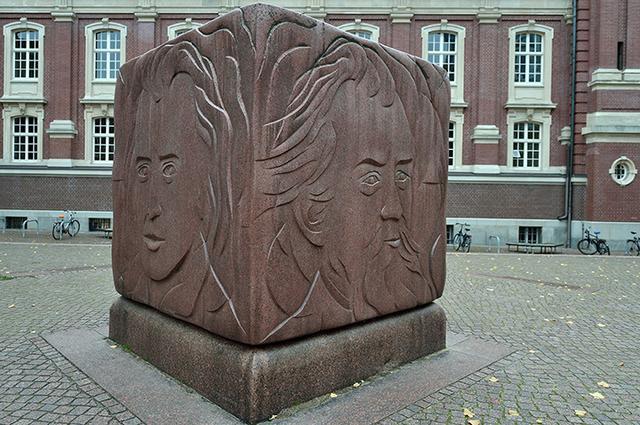 画像: ハンブルクの伝統的なコンサートホール「ライスハレ」横にあるブラームス記念碑