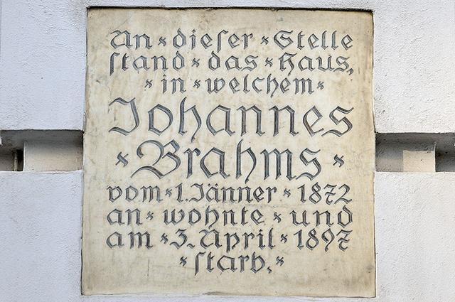 画像: ブラームスが25年間住み、没した家跡の銘板