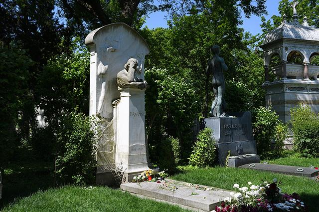 画像: 中央墓地のブラームス墓所 彫像は1903年、70歳の誕生日に設置