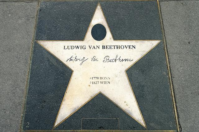 画像: アン・デア・ウィーン劇場前のベートーヴェンの「星」