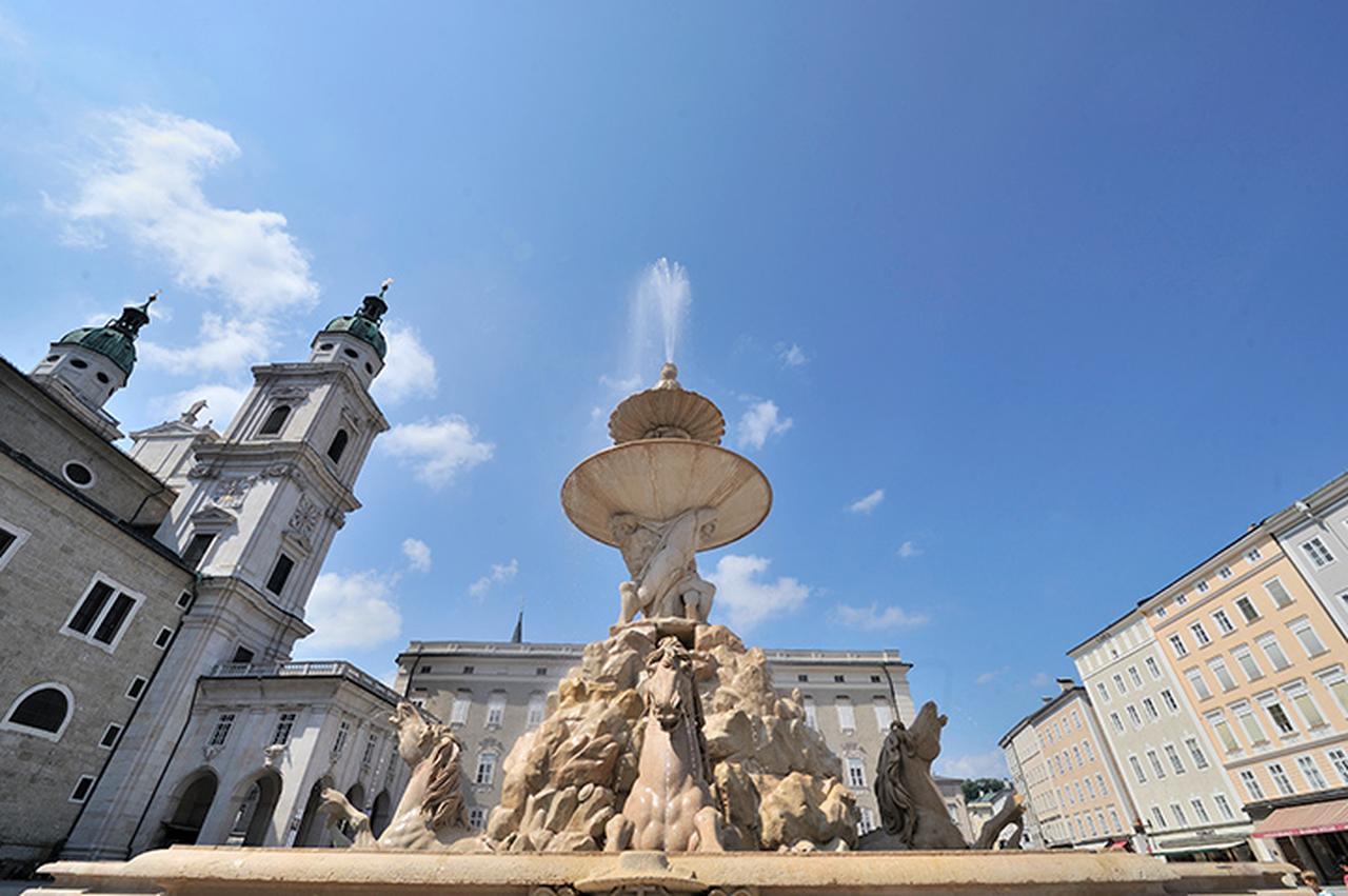 画像: 歴史地区にあるバロック噴水と大聖堂