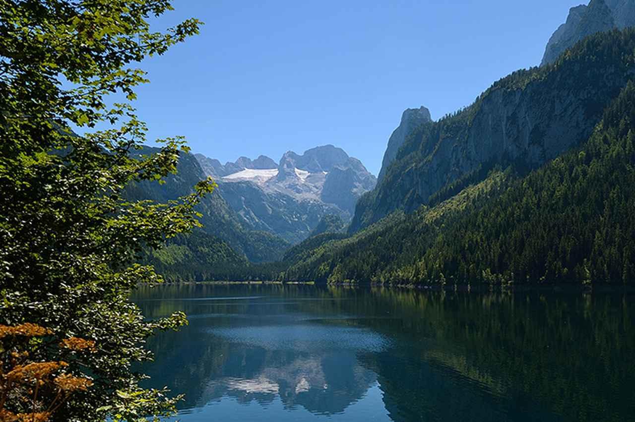 画像: 氷河に囲まれたダッハシュタインとゴーザウ湖