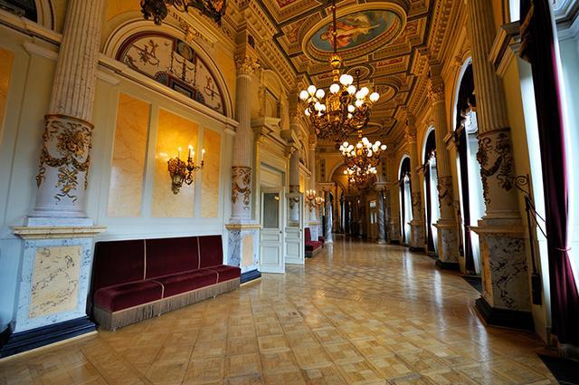 画像: 回廊も美しく、雰囲気のあるゼンパー歌劇場内部