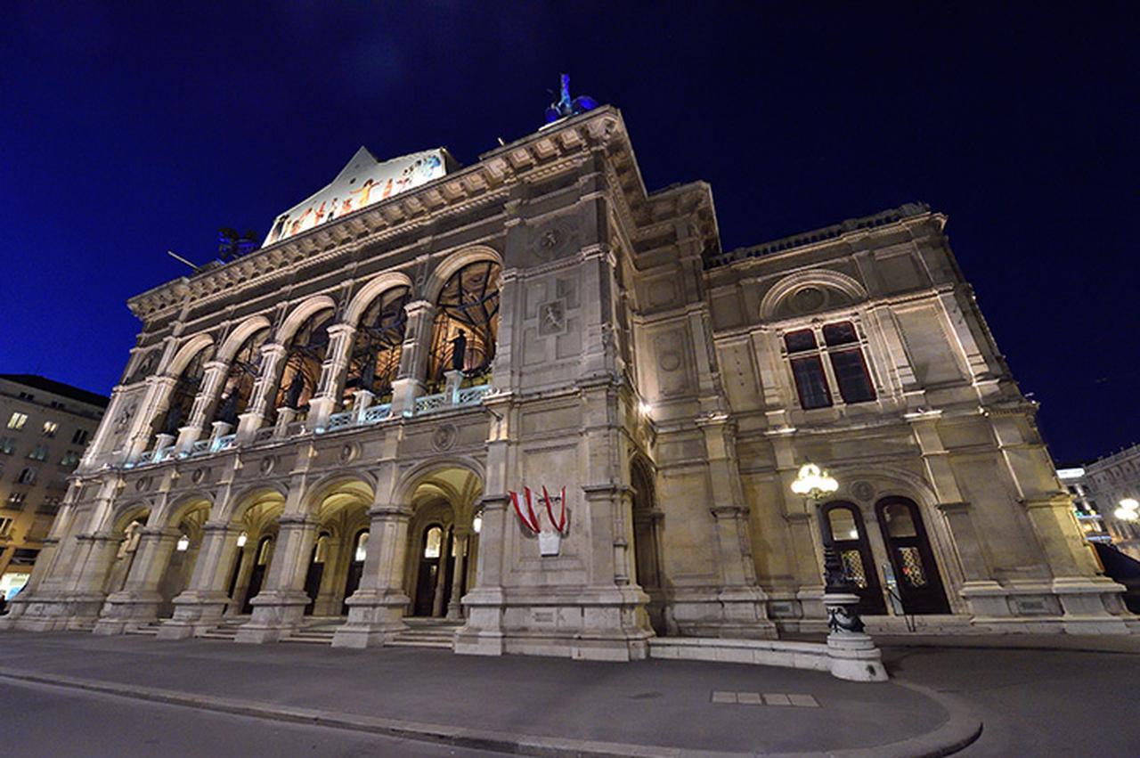 画像: 最も華やかな舞踏会が催されるウィーン国立歌劇場