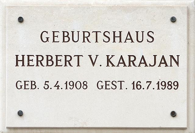 画像: ザルツブルクにあるカラヤンの生家を記した銘板