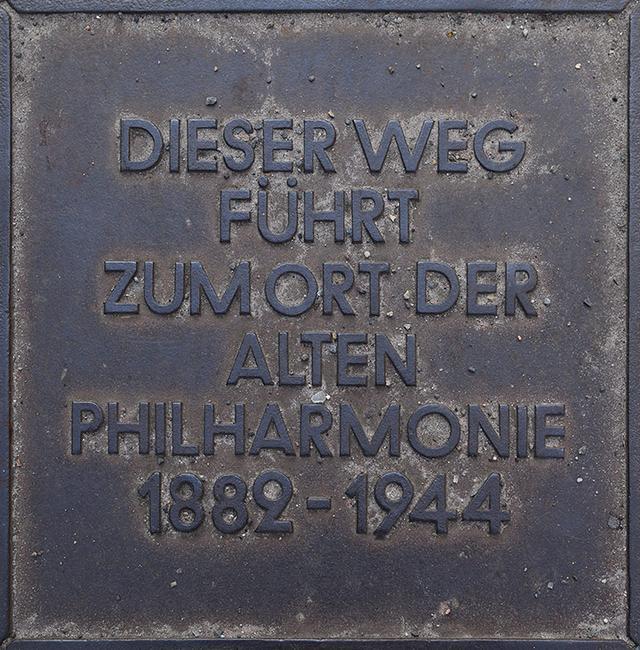 画像: 戦前ベルリン・フィルの拠点ホールだった旧フィルハーモニー跡地にある銘板。伝統的なシューボックス型のコンサートホールでフルトヴェングラーが活躍した。
