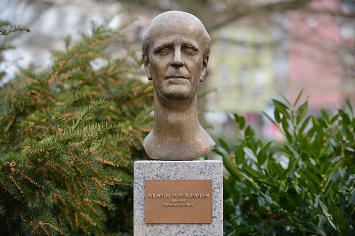 画像: バーデンバーデンにあるフルトヴェングラーの胸像