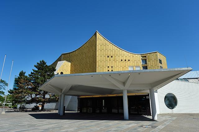 画像: 1963年にオープンした近代的なヴィンヤード型のホール、現在の拠点フィルハーモニー。外観がサーカステントを連想させることから、カラヤン時代は「カラヤン・サーカス」と呼ばれ親しまれた。