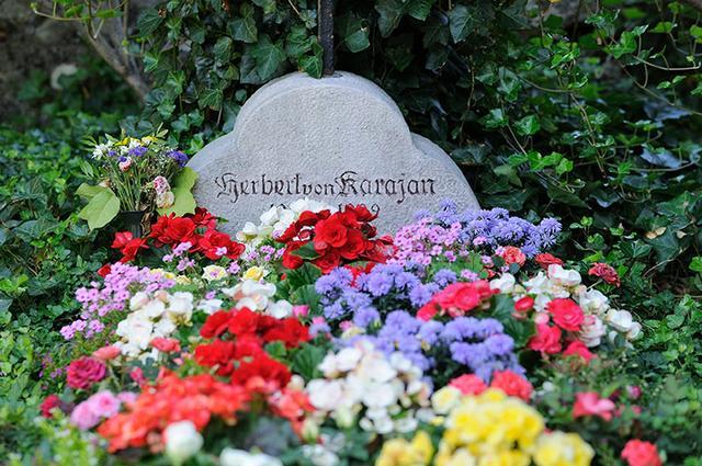 画像: ザルツブルク近郊アニフにあるカラヤンの墓所