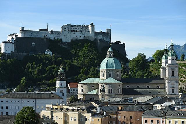 画像: ザルツブルク大聖堂とホーエンザルツブルク城